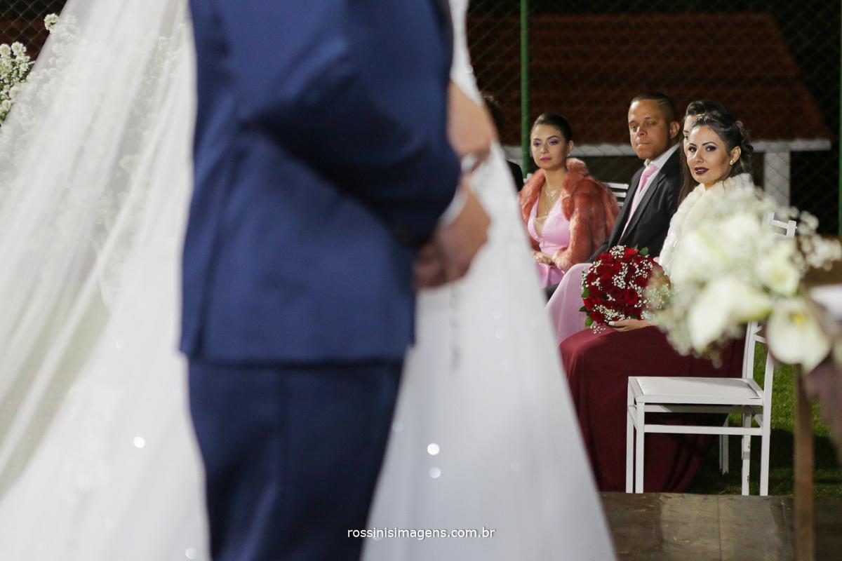 pai no altar, mãe no altar, fotografo de casamento em poá, espaço para cerimonia de casamento