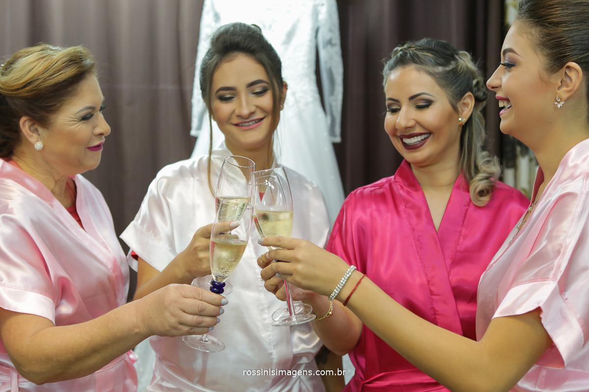já pensou em fazer um brinde no dia da noiva só para as mulheres, um momento muito especial e muito divertido, busque um espaça amplo que tenha estrutura para atender suas madrinhas