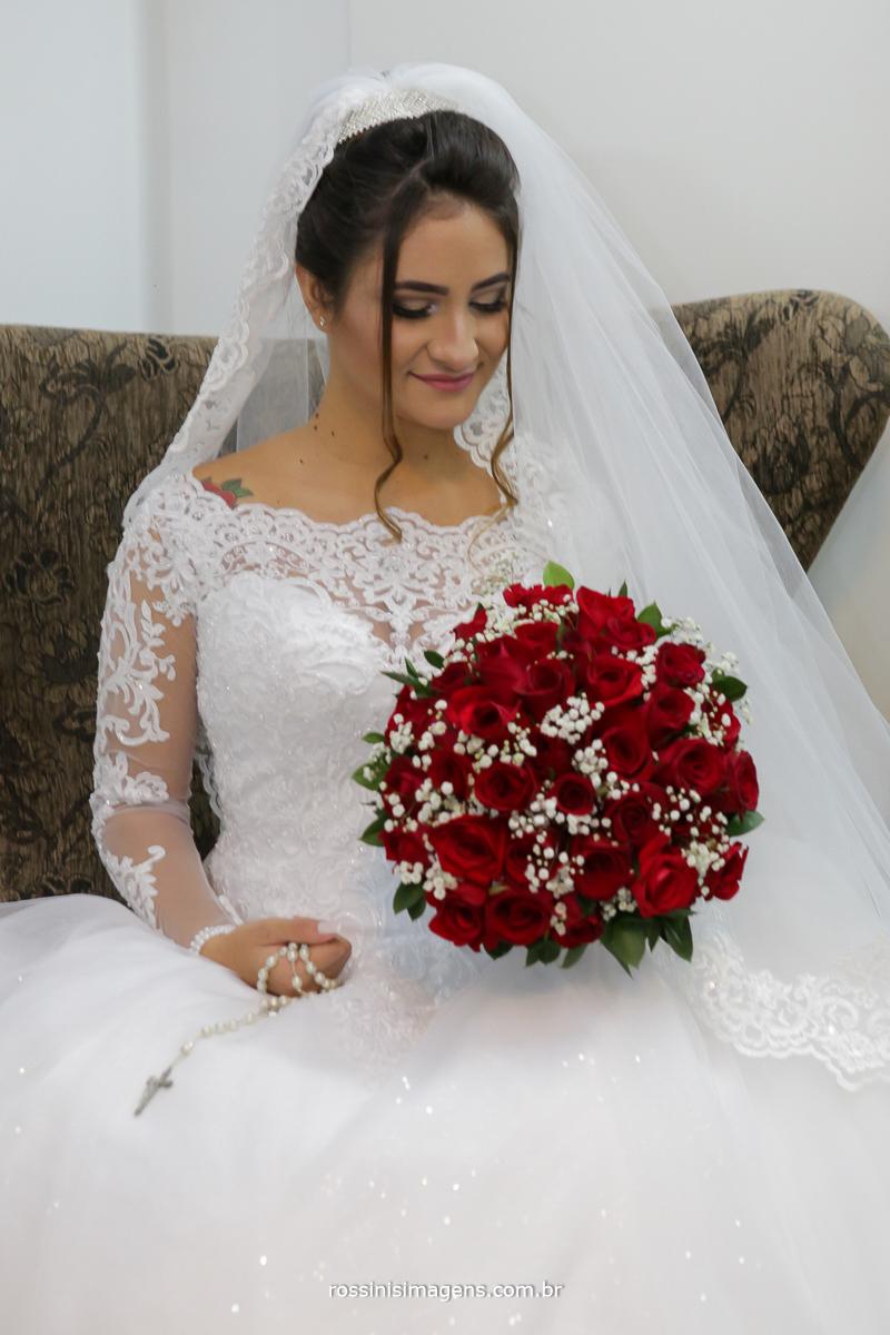 noiva com buquê, buquê vermelho, noiva de branco, ideia de buquê, vestido lindo, detalhes