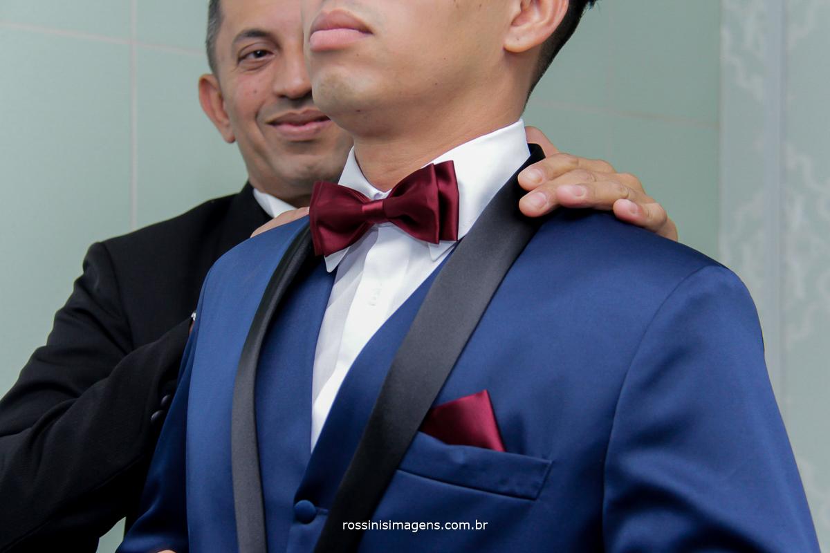 noivo de terno azul e gravata borboleta marsala, vinho, noivo elegante,