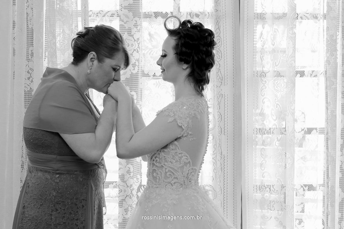 mãe beijando a mão da sua filha, no dia do casamento, wedding day , bride, noiva, casamento, rossinis imagens, poá, sp