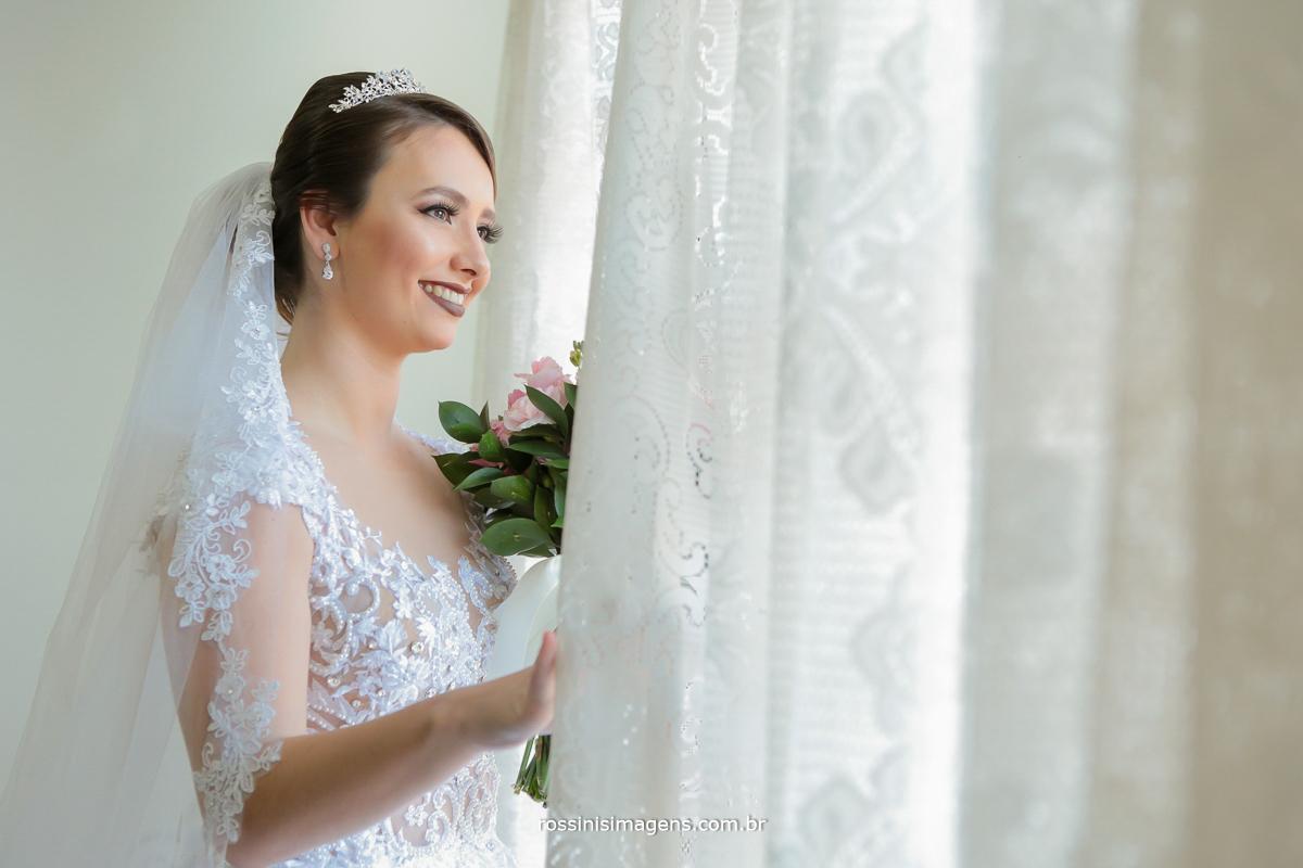 noiva na janela, noiva olhando na janela, noiva na cortina