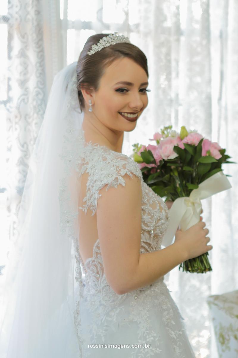 noiva lindo, vestido lindo, sorriso lindo de noiva, noiva com buquê, vestido branco, olhares, sorrisos, sentimentos, amor, emoção, alegria, wedding day, rossinis imagens