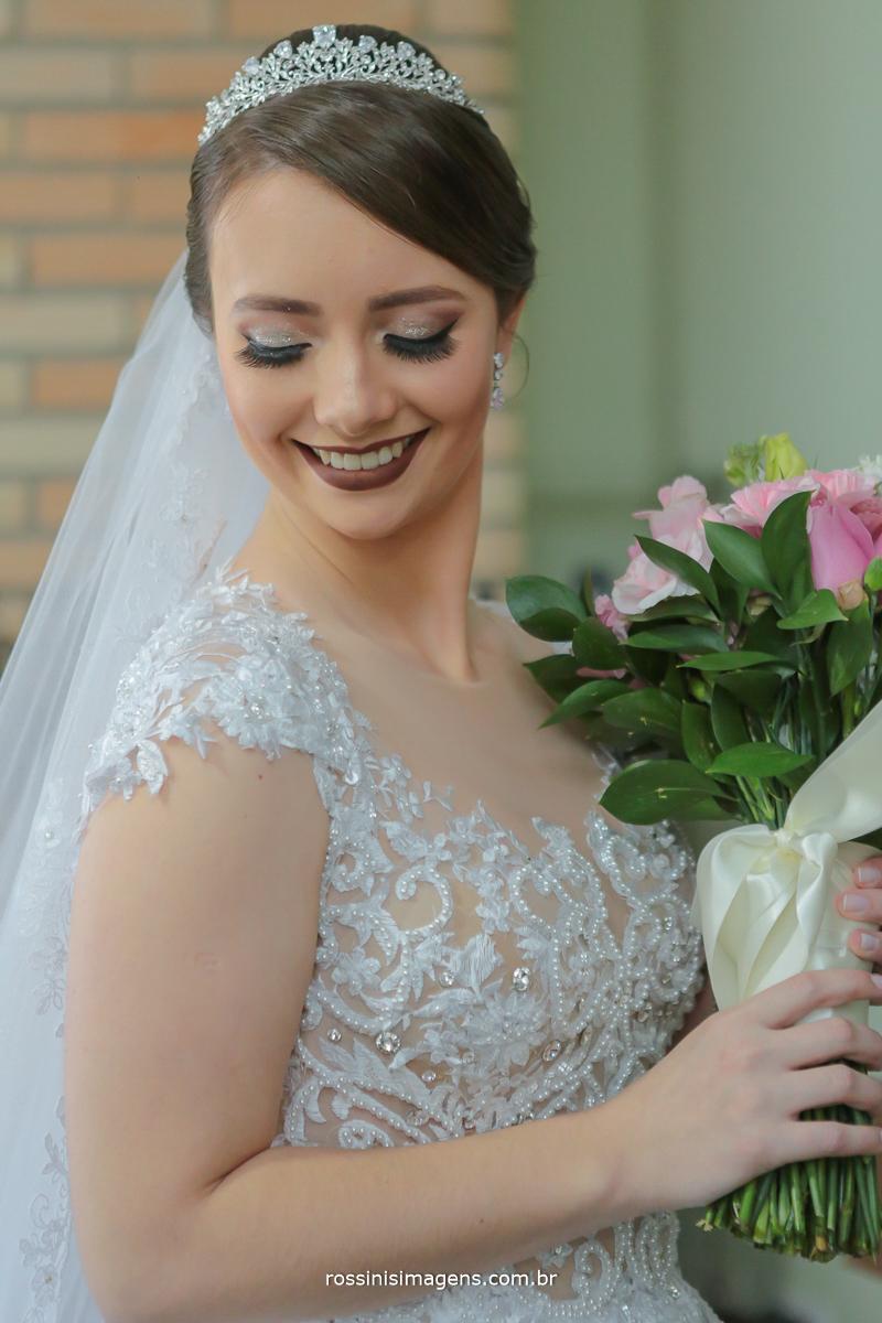 noiva e o seu lindo buquê, sorriso, noiva thais no dia da noiva