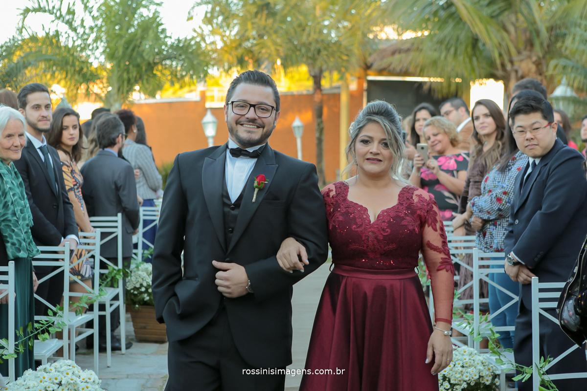 noivo renan e sua mãe entrando em direção ao altar, entrada do noivo, noivo estilo poderoso chefão, noivo estiloso, casamento de dia, casamento em poá
