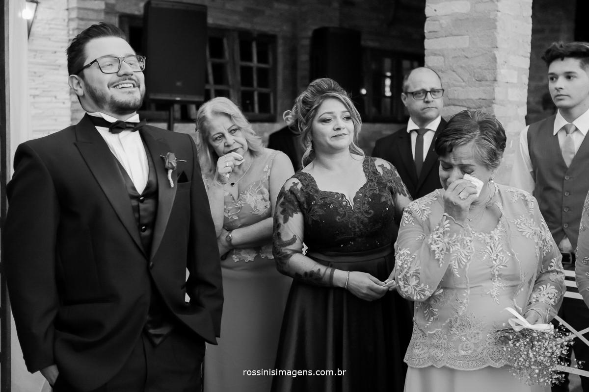 noivo emocionado no altar a espera da noiva