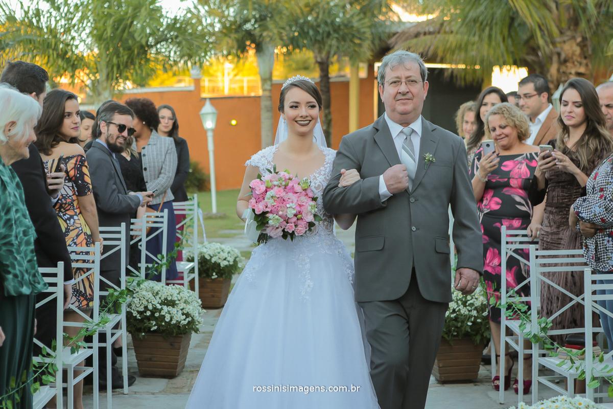entrada da noiva casamento ao ar livre de dia