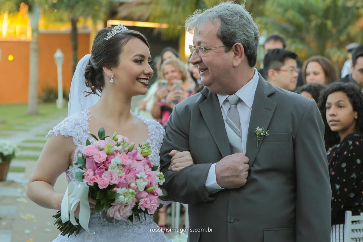 noiva entrando no altar com o pai em casamento de dia em poa sp