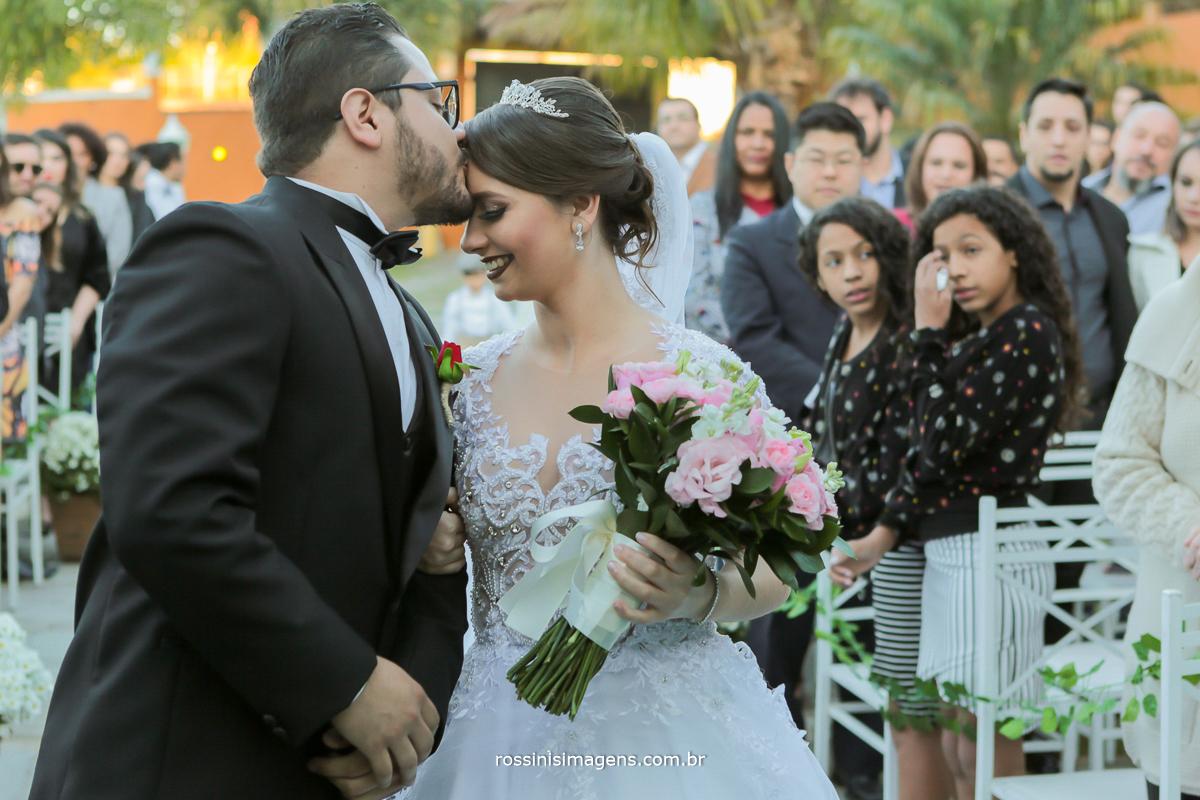 recepção do noivo no altar com beijo na testa da noiva