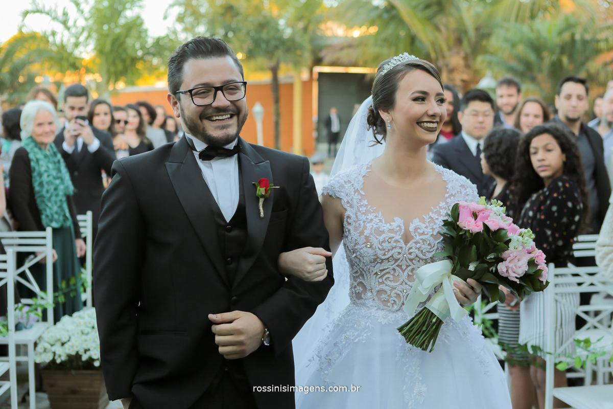 noivos sorridentes no altar cerimonia de casamento de dia em poa