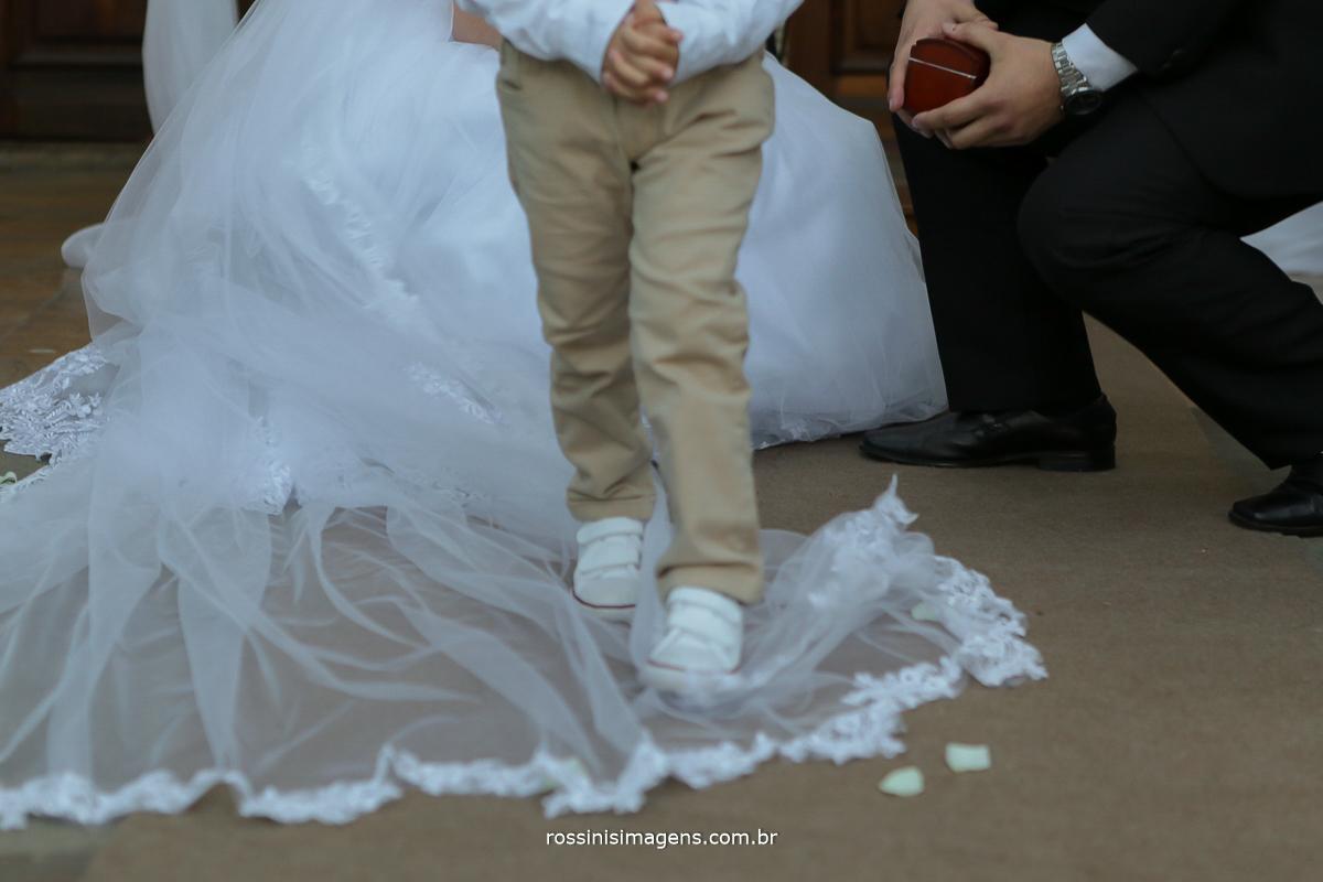alianças, crianças divertidas no casamento, menino pisando no vestido da noiva no altar