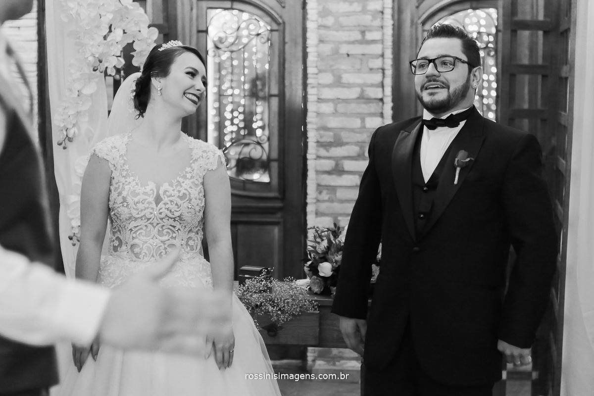 padrinho cumprimentando os noivos no altar, alegria, sorriso de noivos no altar
