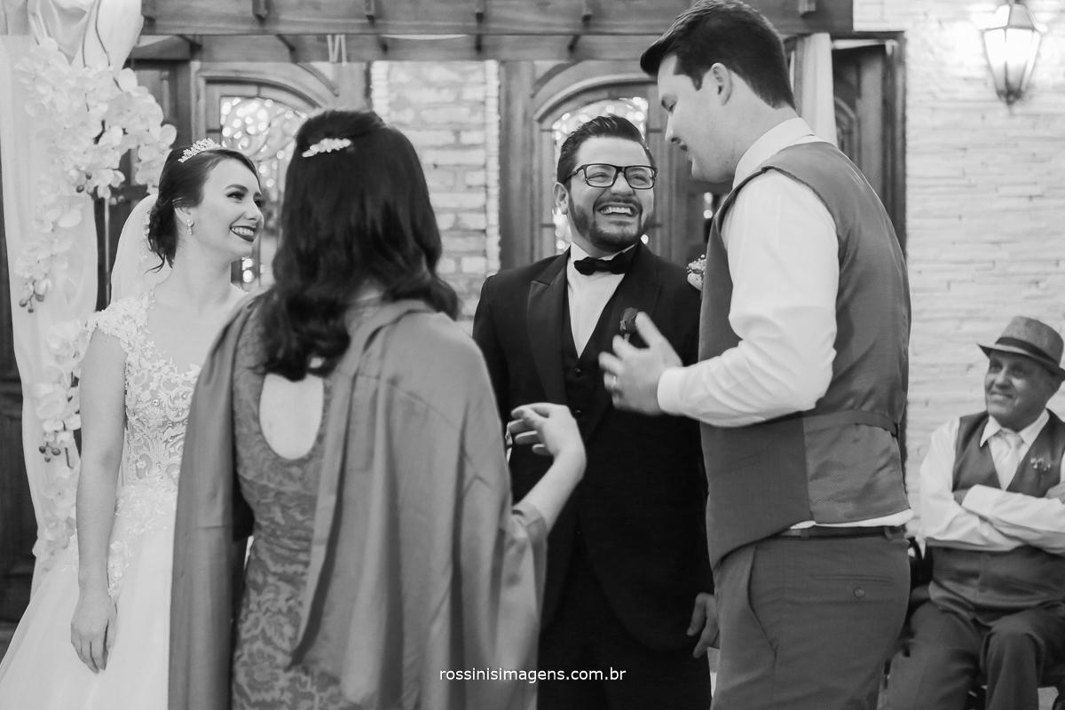 cumprimento dos padrinhos nos noivos no altar momento de muita emoção e alegria, felicidades, rossinis imagens, irmão da noiva