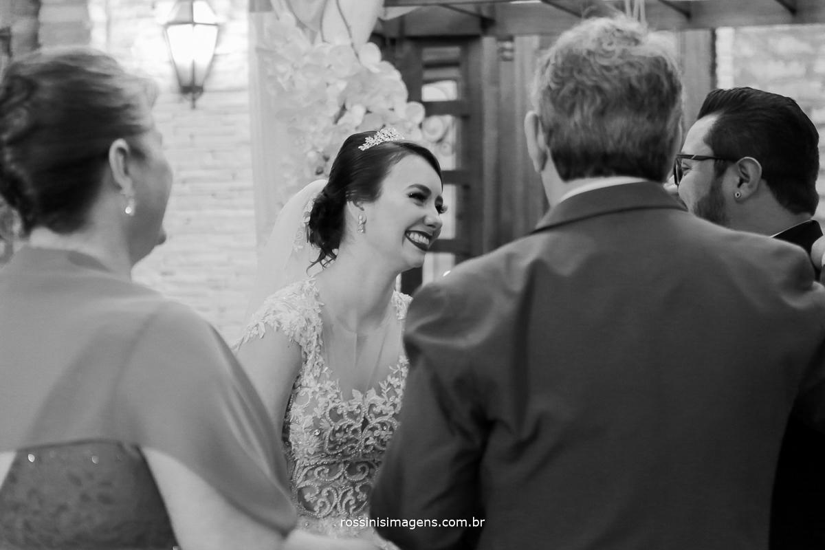 pais da noiva cumprimentando os noivos no altar, fotografo de casamento rossinis imagens poá sp