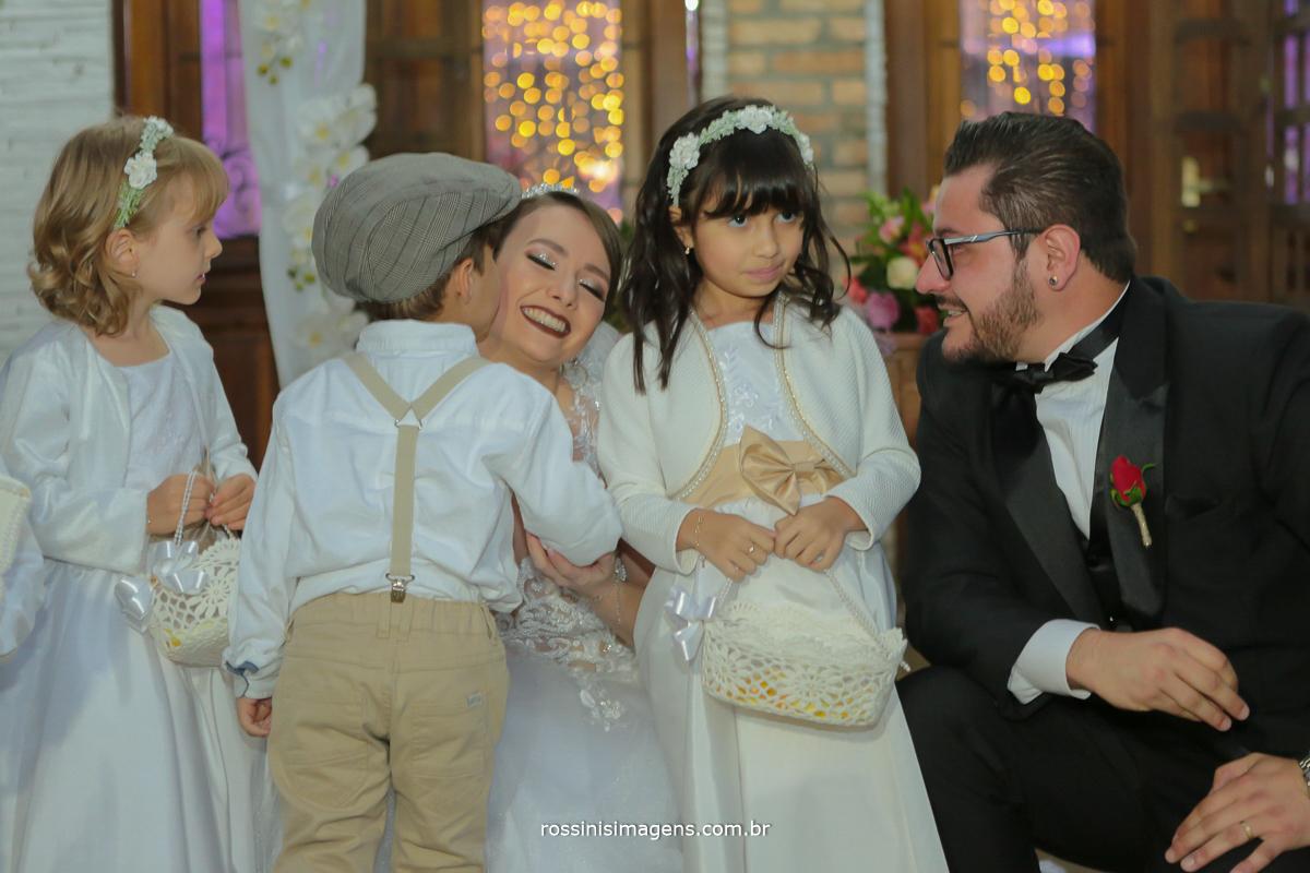 cumprimento das crianças no altar com os noivos, alegres e felizes, wedding em poa rossinis imagens fotografo de casamento em poa sp