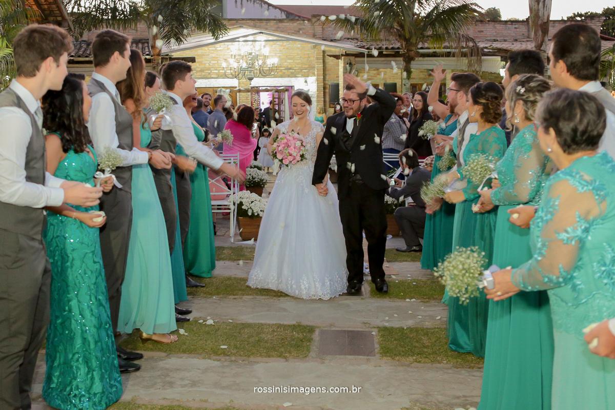saída dos noivos do altar com pétalas caindo do céu, saída dos noivos da cerimonia com florzinhas, linda