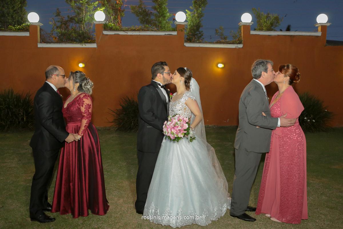 pais e noivos beijando o seu par, familia, noiva, noiva, pais, casais,