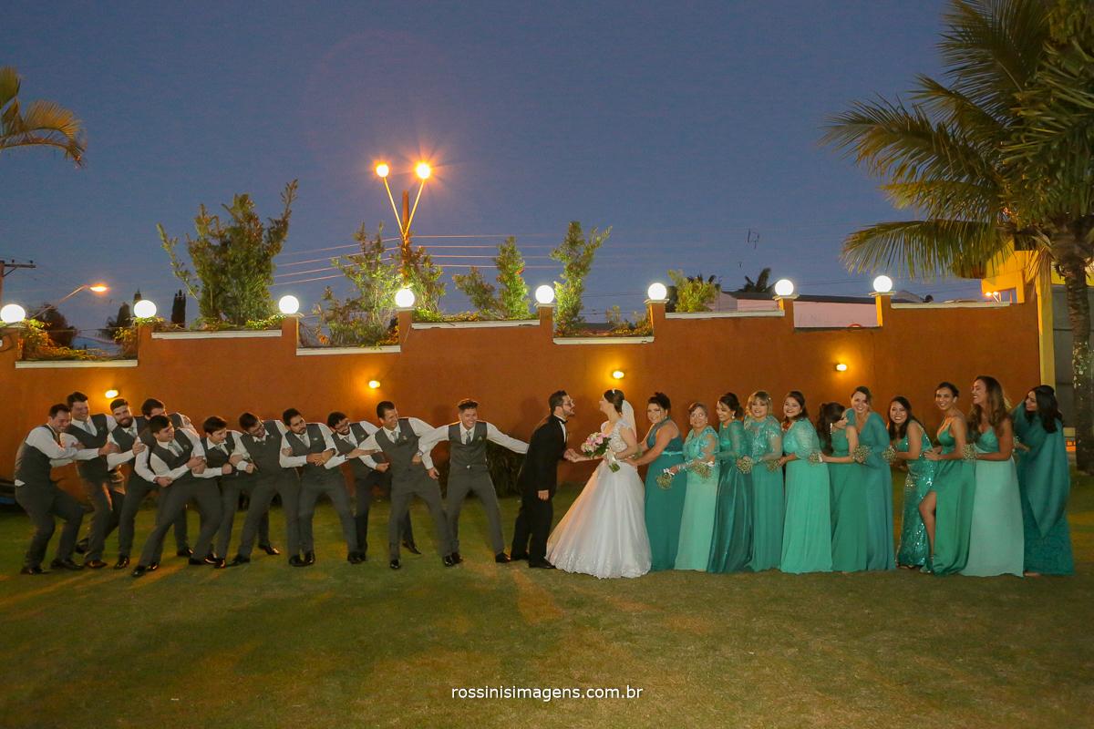 padrinhos puxando o noivo e madrinhas puxando a noiva, fotografia coletiva com os padrinhos, padrinhos de casamento, wedding, photo, rossinis imagens