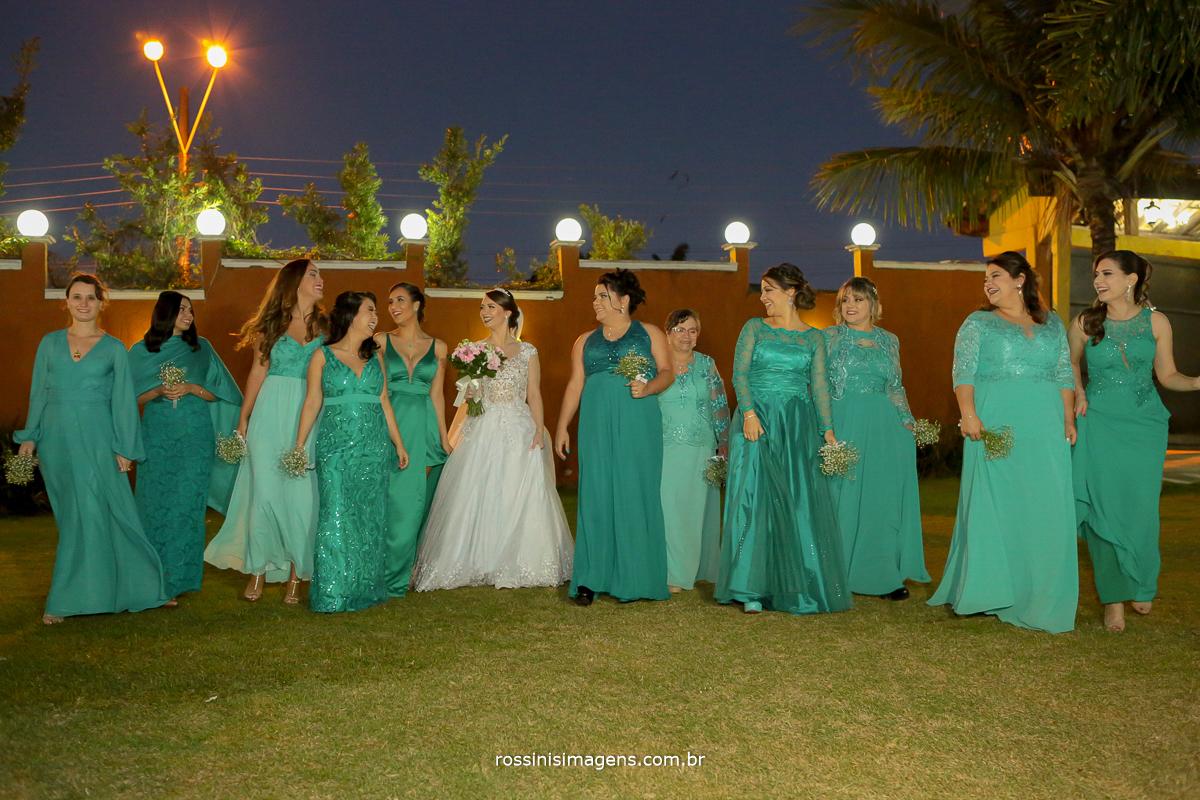fotografia coletiva com as madrinhas lindas, casamento em poa de noite, rossins imagens
