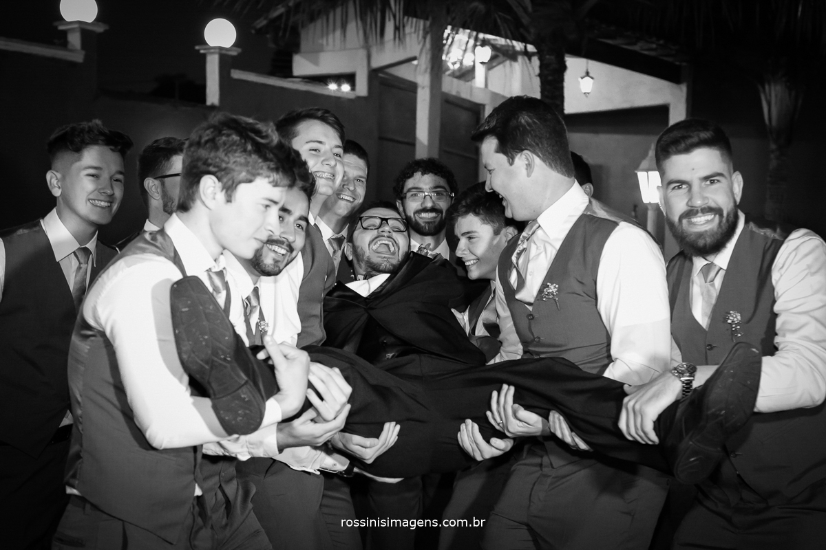 fotografia coletiva com os padrinhos e o noivo, casamento e poa de noite, rossinis imagens