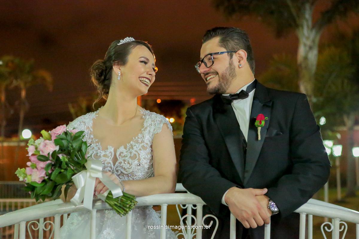 casal apaixonado olhando nos olhos  felizes e sorridente, rossinis imagens, Poá, Suzano, Mogi, casamento