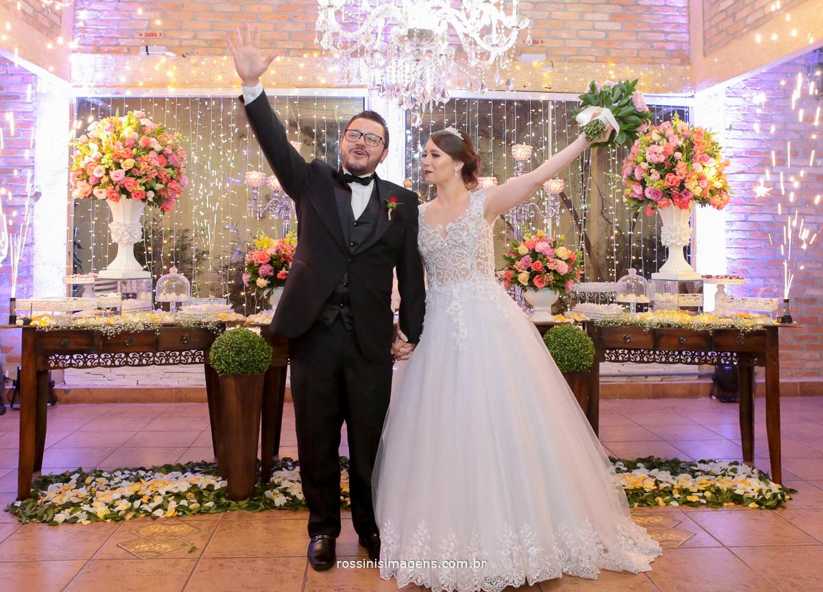 casal na mesa do bolo com fogos indoor, entrada dos noivos no salão de festas em poá casamento, rossinis imagens, poá, suzano, mogi, são paulo felizes, animados