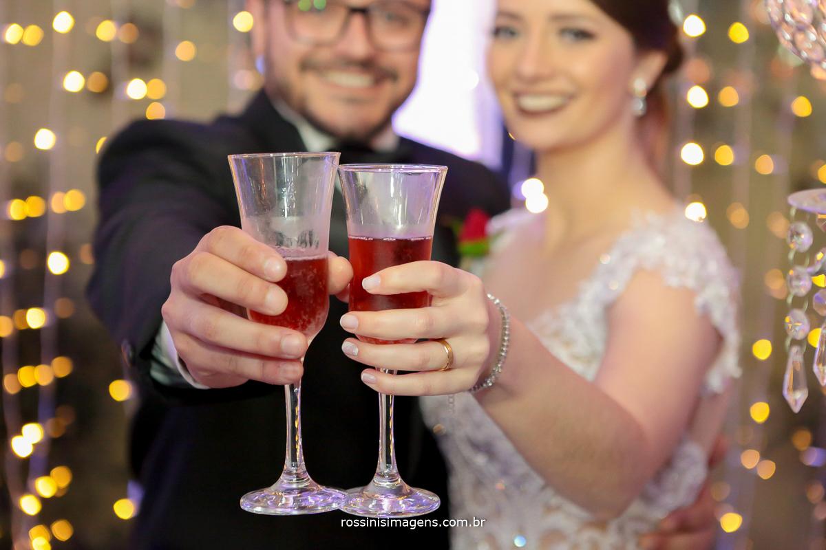 noivos brindando com campanhe, rossinis imagens, casamento, poá, suzano, mogi, são paulo, sp