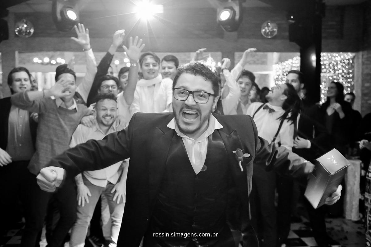 Noivo joga whisky para padrinhos e amigos, na pista de dança, balada casamento, poá, suzano, mogi, são paulo, rossinis imagens