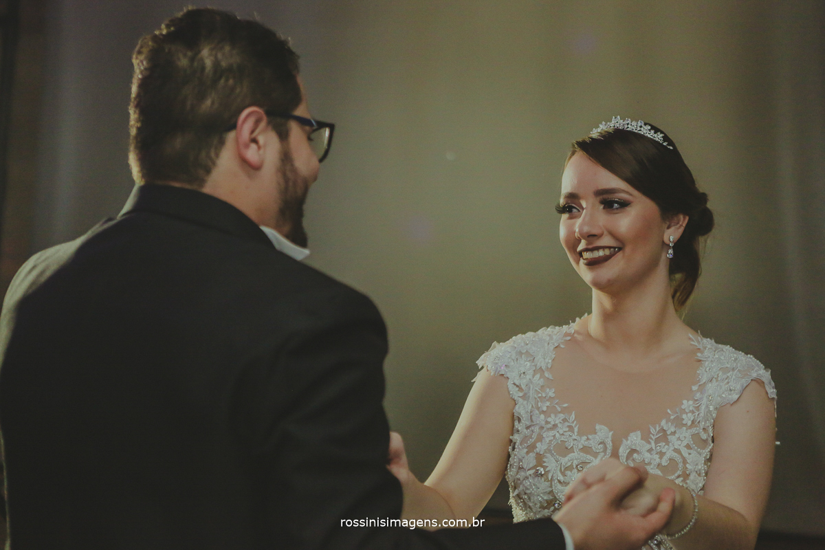 dança dos noivos, primeira dança dos noivos, first dance wedding, noivos dançando na pista