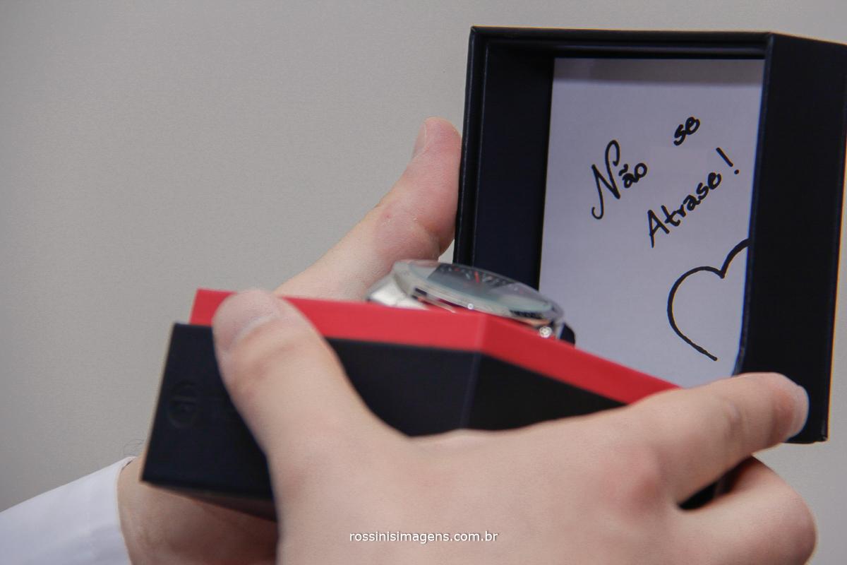 presente da noiva para o noivo no dia do noivo, relogio com bilhete especial para ele não se atrazar, casamento poá, suzano, mogi, são paulo, sp, rossinis imagens thais e renan