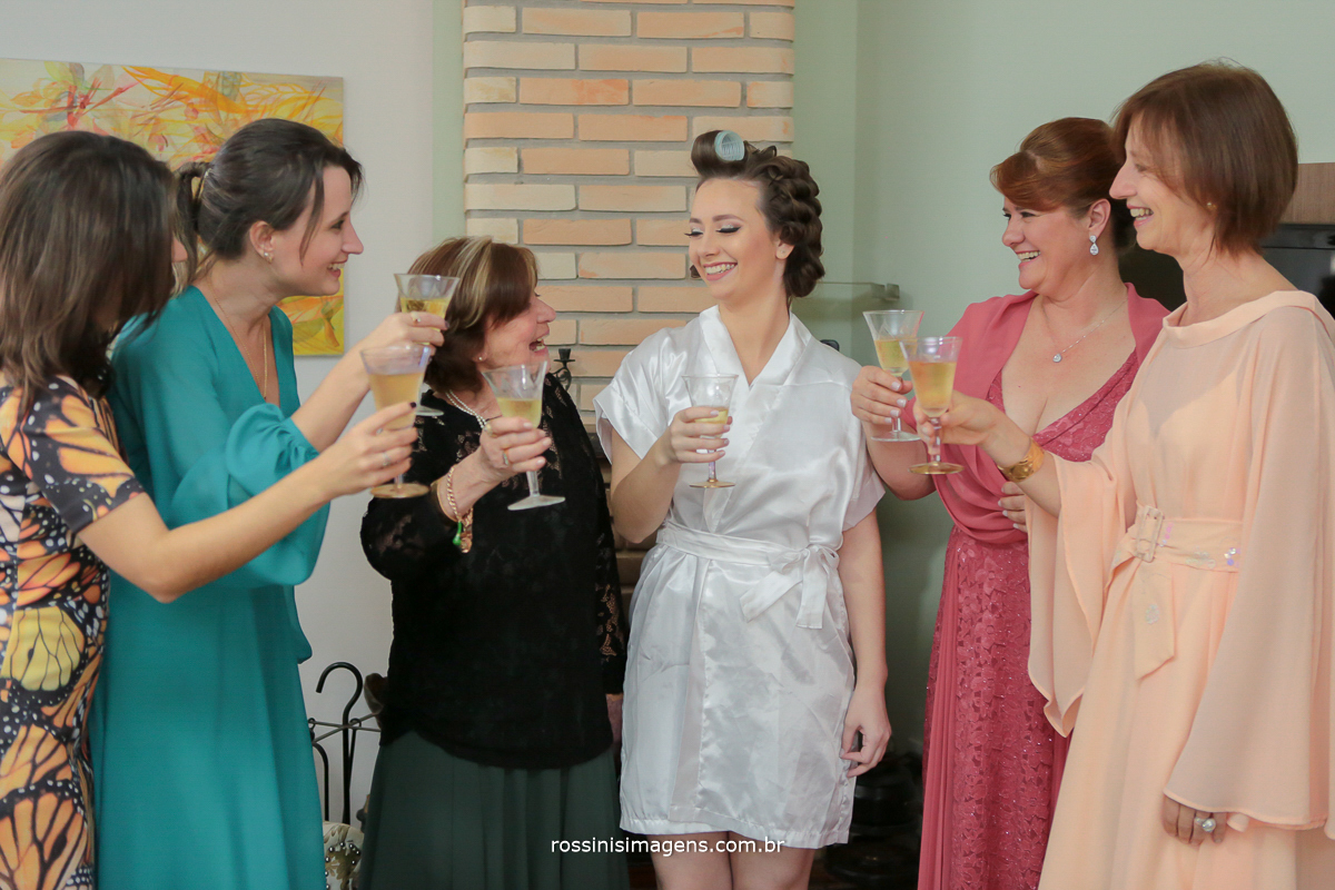 um brinde da noiva com os familiares, melhor com as mulheres, mãe, vó, tia, amiga, fotografia rossinis imagens as melhores recordações