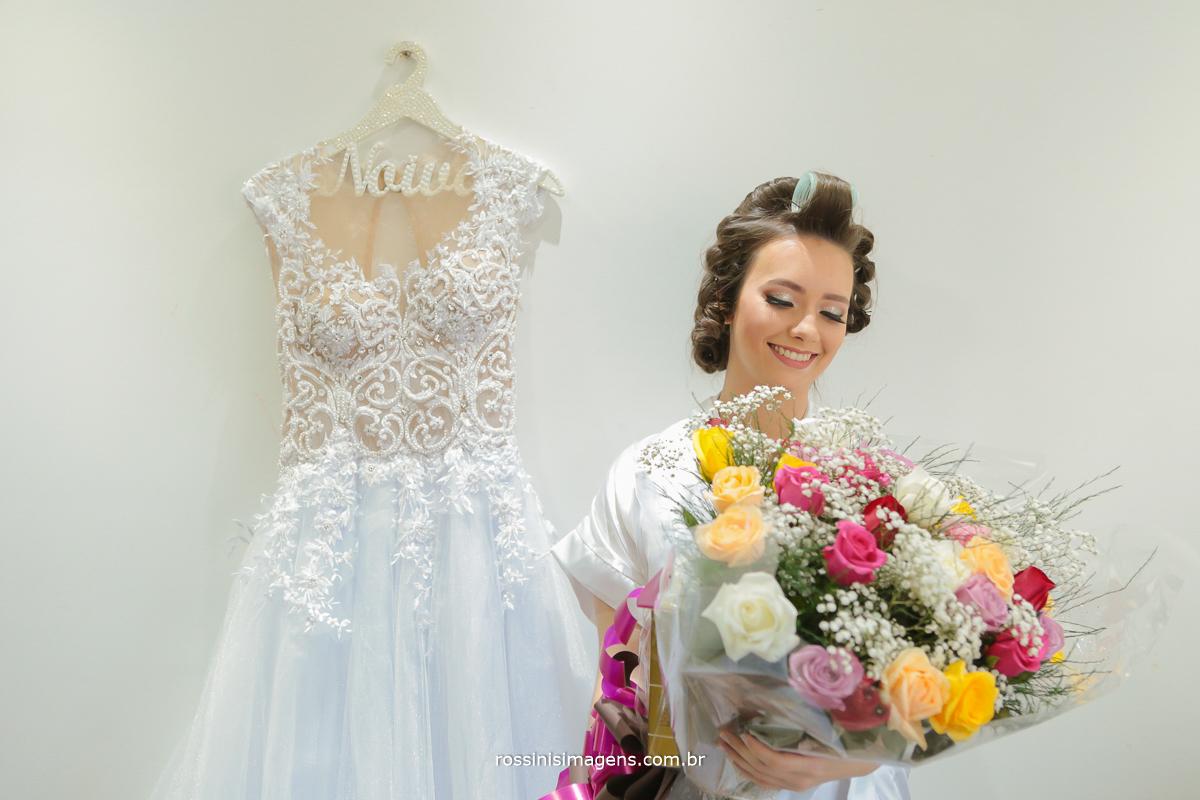 rossinis imagens noiva com o lindo buque de flores junto ao vestido para o casamento, rossinis