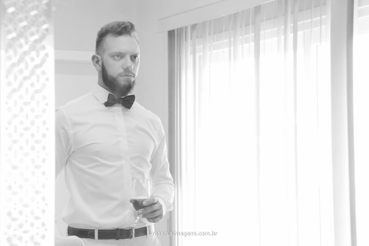 fotografo de casamento em suzano sp rossinis imagens,noivo se olhando no espelho com taça de cerveja, casamento fernanda e paulo