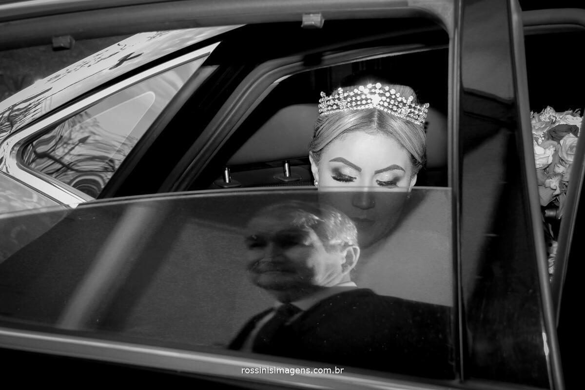 fotografo de casamento em suzano sp rossinis imagens, noiva no carro e reflexo do pai na janela Fernanda e Paulo