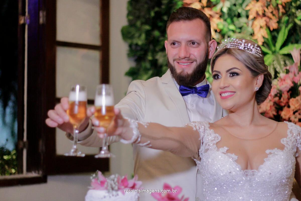 fotografo de casamento em suzano sp rossinis imagens, brinde dos noivos com cerveja, brinde dos noivos, recanto verde suzano, #RossinisImagens