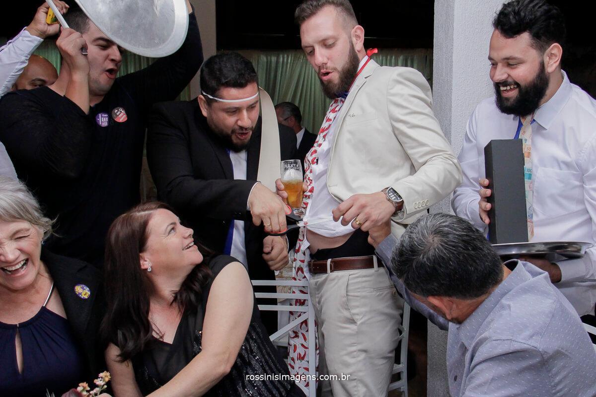 fotografo de casamento em suzano sp rossinis imagens, hora da gravata cortando a cueca do noivo,