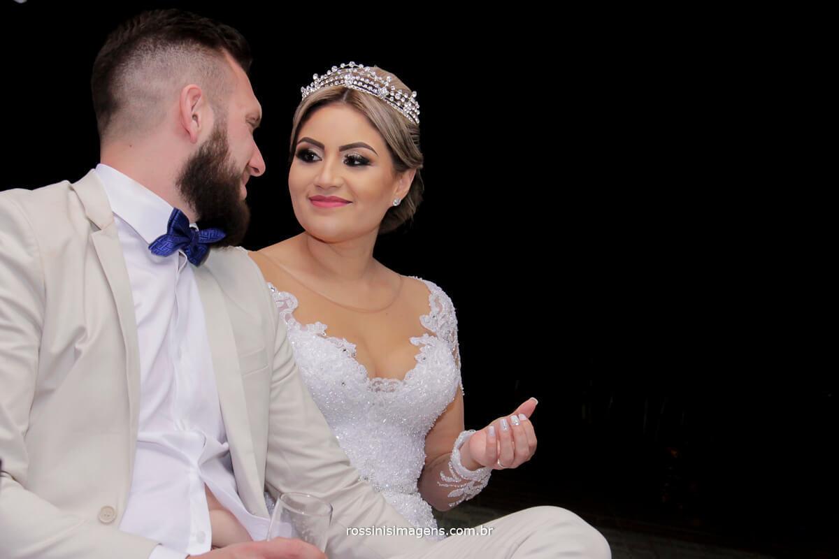 fotografo de casamento em suzano sp rossinis imagens, sessão de fotos, casal olhando um ao outro, noivos assistindo retrospectiva