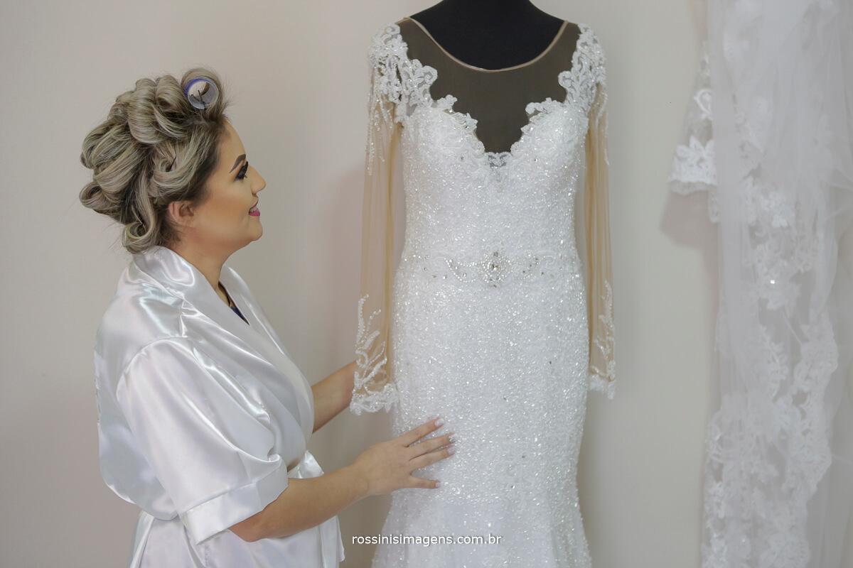 fotografo de casamento em suzano sp rossinis imagens, noiva com o vestido da taeko noivas no dia da noiva na gisele grenza