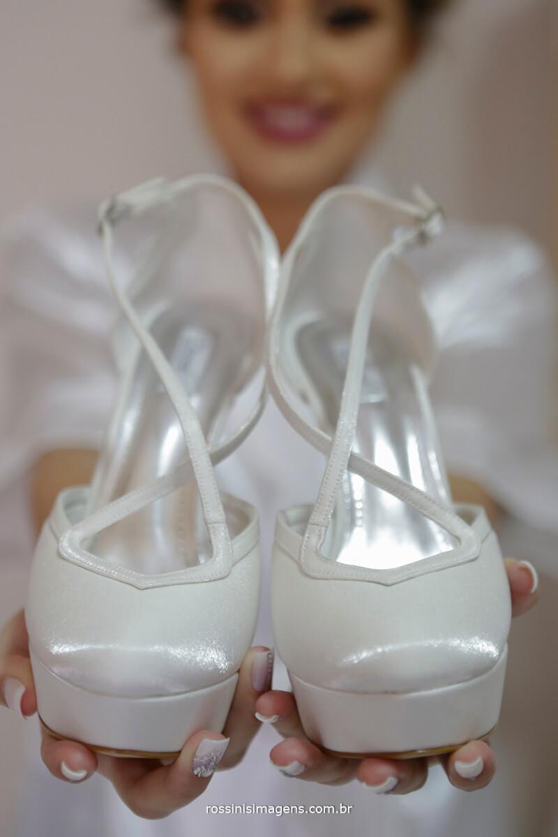 fotografo de casamento em suzano sp rossinis imagens, noiva com lindo sapato da durval calçados noivas