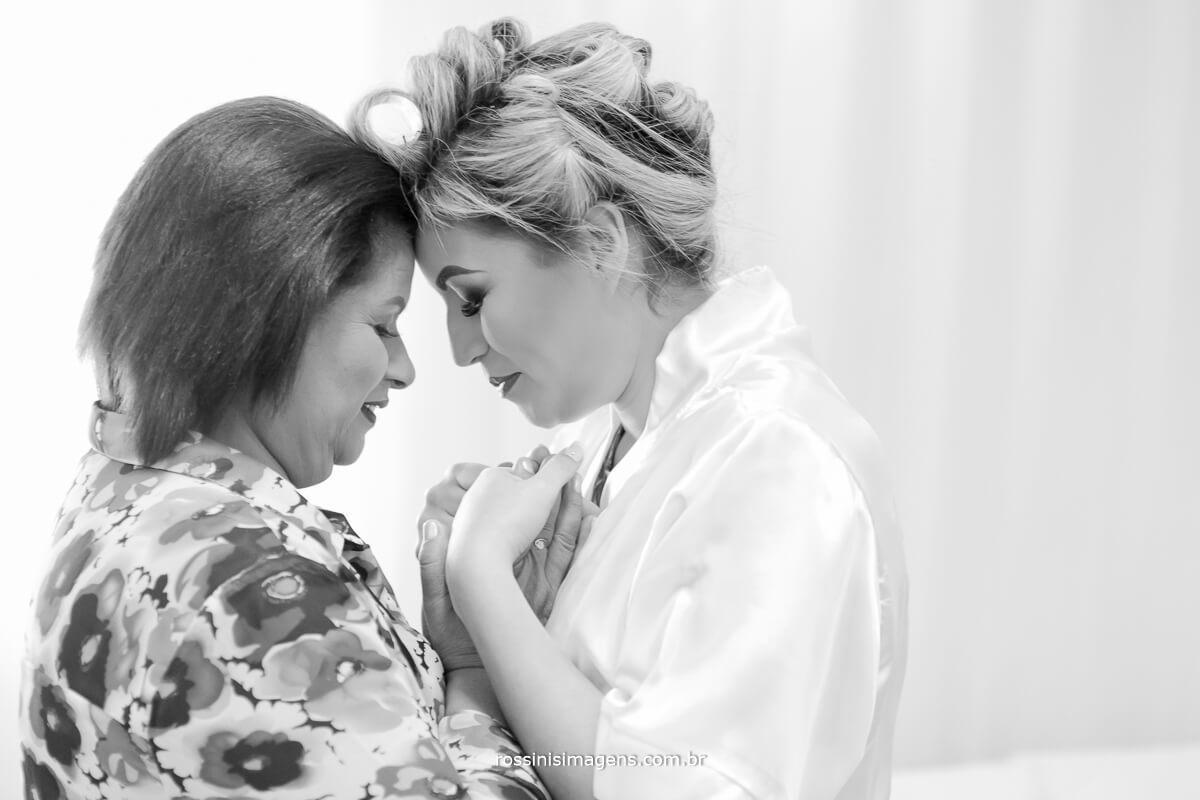fotografo de casamento em suzano sp rossinis imagens, Fernanda e a mãe em oração de boas energias para o grande dia fernanda e paulo