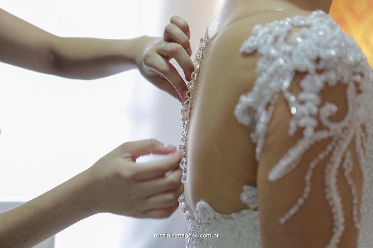 fotografo de casamento em suzano sp rossinis imagens, vestido de noiva, segunda pele, fechando os botões do vestido de noiva