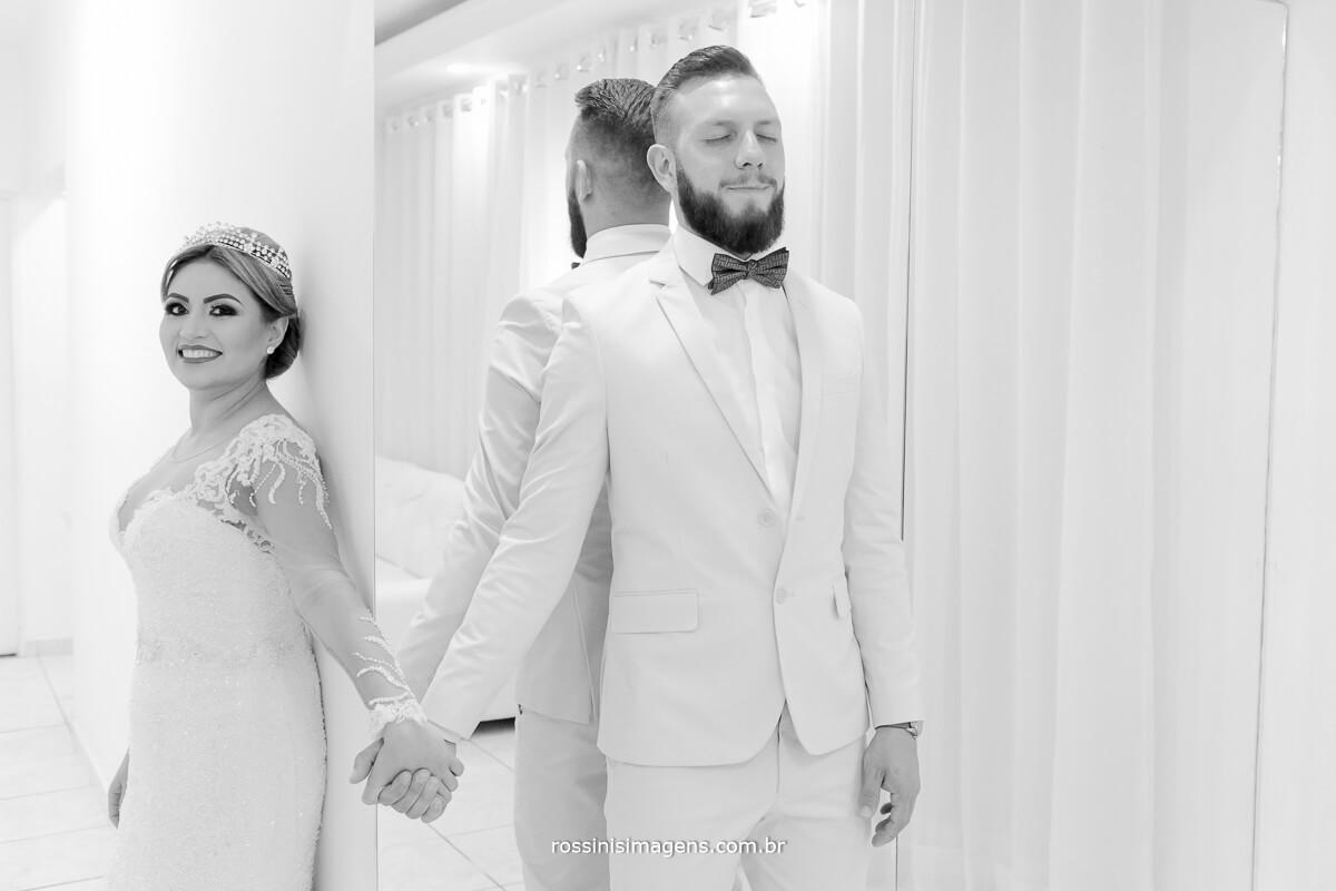 fotografo de casamento em suzano sp rossinis imagens, Noivo e noiva se tocando durante first touch antes da cerimônia de casamento. #firstTouch