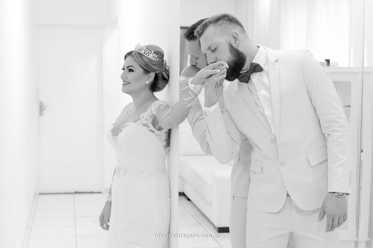 fotografo de casamento em suzano sp rossinis imagens, Noivo e noiva se tocando durante first touch antes da cerimônia de casamento. noivo beija a mão da noiva #firstTouch