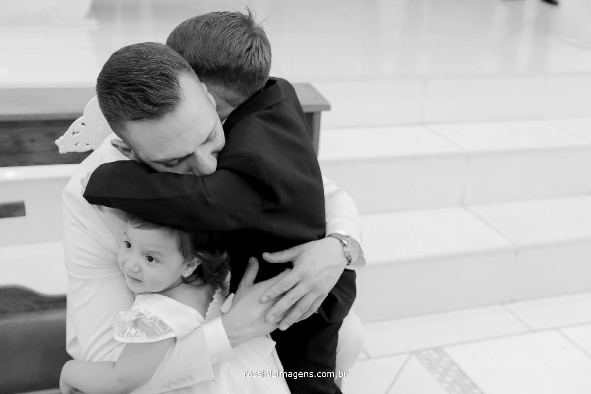 fotografo de casamento em suzano sp rossinis imagens, crianças abraçando o noivo