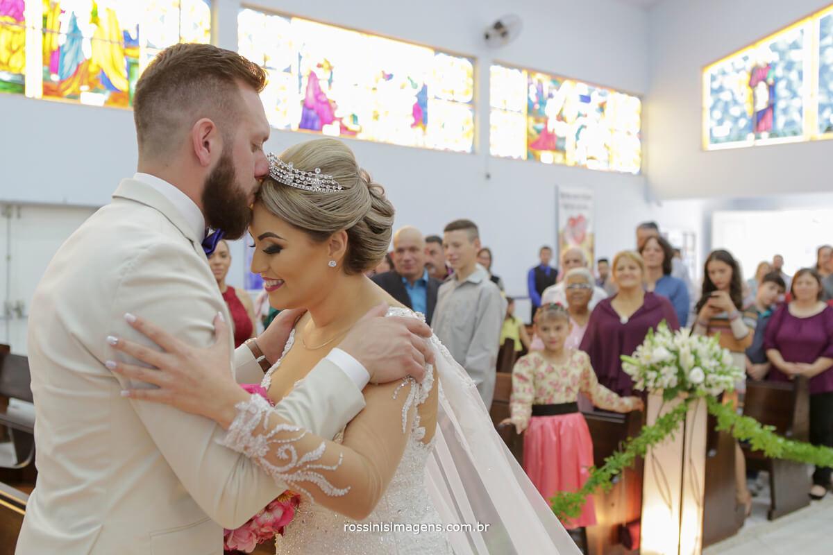 fotografo de casamento em suzano sp rossinis imagens, noivo beijando a testa da noiva na igreja, noivo e noiva no altar