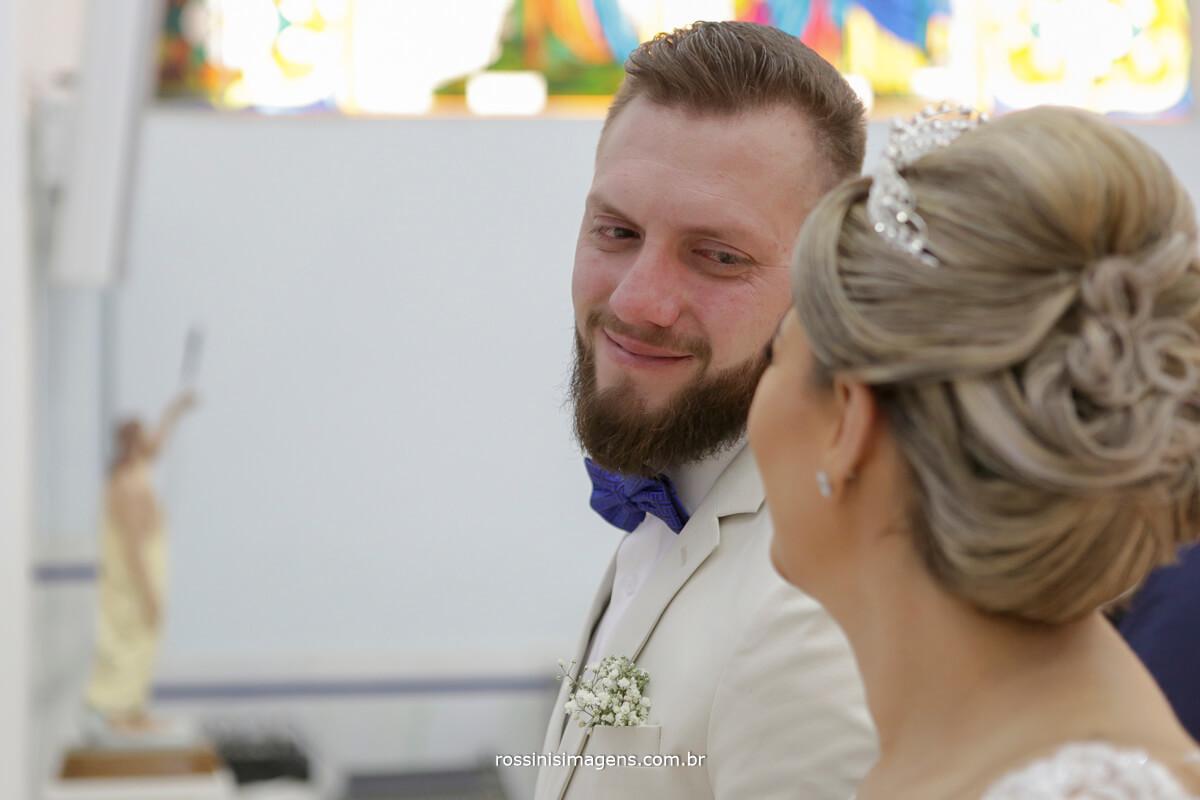 fotografo de casamento em suzano sp rossinis imagens, noivo olhando a noiva no altar emocionado