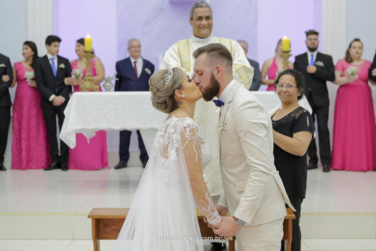 fotografo de casamento em suzano sp rossinis imagens, primeiro beijo de casados, noivos dão primeiro beijo como marido e mulher