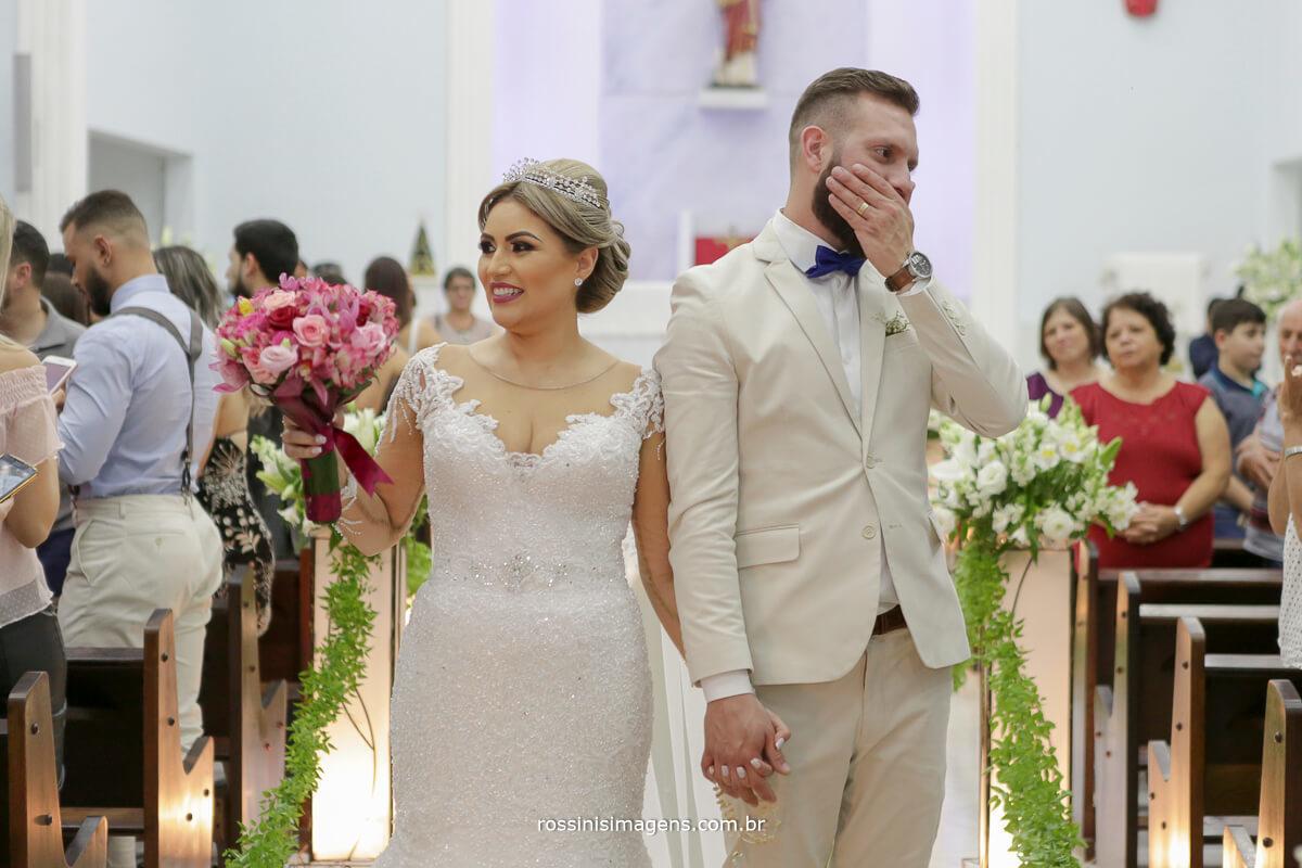 fotografo de casamento em suzano sp rossinis imagens,  saida dos noivos na igreja muita emoção alegria e felicidade de mais, casamento perfeito, casamento lindo