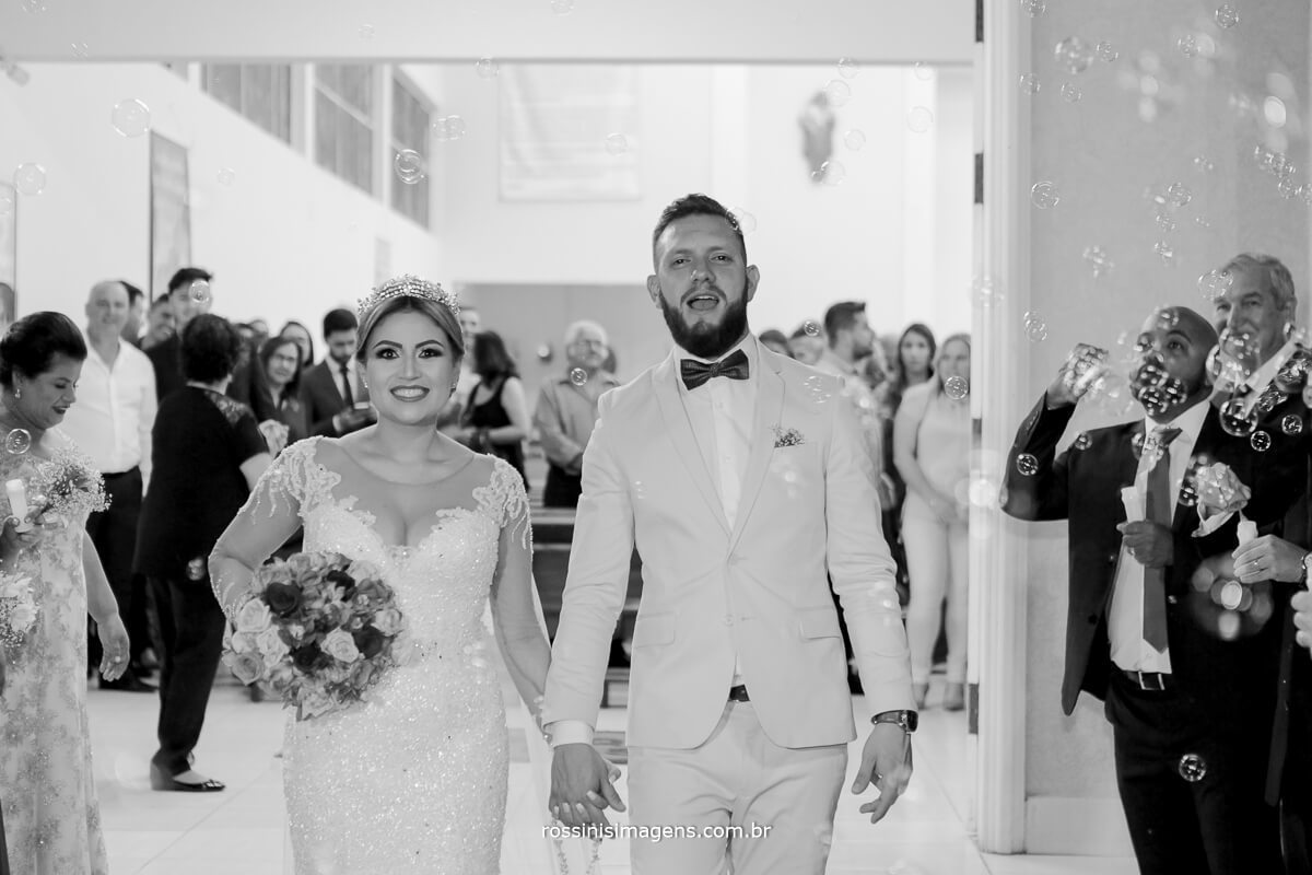 fotografo de casamento em suzano sp rossinis imagens,  animação dos noivos na saida bolhas de sabão, casamento lindo, casamento perfeito
