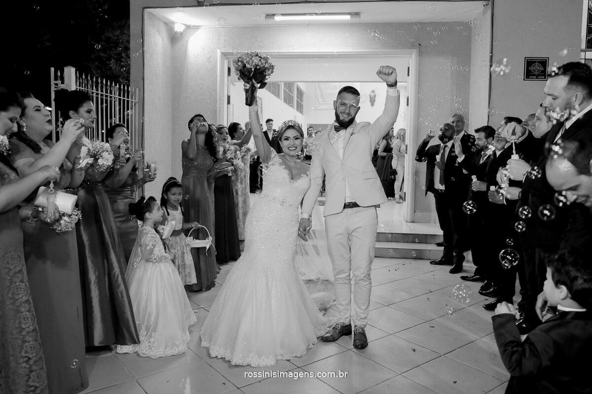 fotografo de casamento em suzano sp rossinis imagens,  noivos emocionado alegres e felizes com essa incrivel recordacao